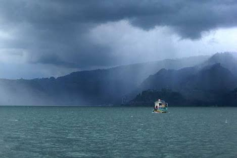 Ombak besar di danau toba