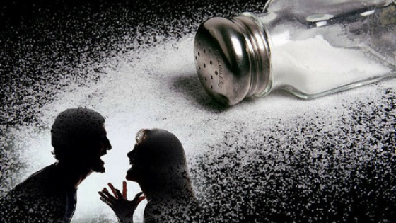 Народные приметы о ссорах: почему нельзя просыпать соль и мыть посуду в гостях