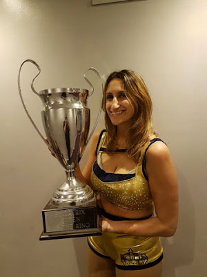 Queen Maya con il trofeo di ''Queen of the Ring'' della Bellatrix Female Wrestling