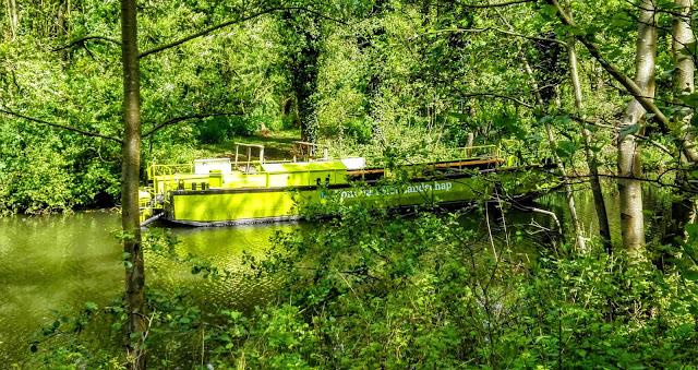 Groen bootje met de tekst 'pont van het landschap' in een groen landschap.