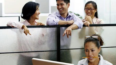5 Keuntungan Tidak Terlalu Akrab dengan Rekan Kerja