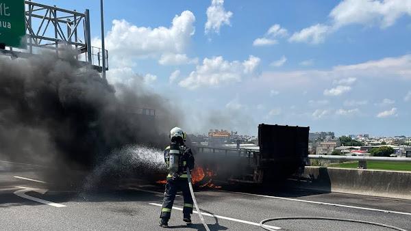 國道3號彰化系統交流道火燒車 駕駛緊急停靠路肩逃生