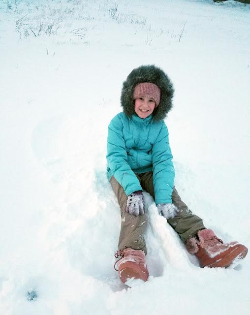 чистый белый снег в деревне... поваляемся?