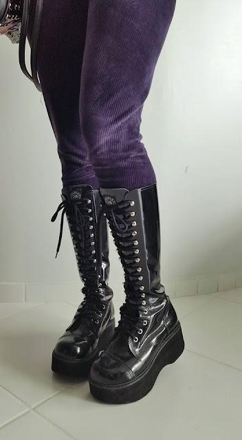 601d98b7f6 Bolsa e corset - Túnel do Rock Blusa rasgada - DIY (meia calça) Coturno - Vilela  Boots