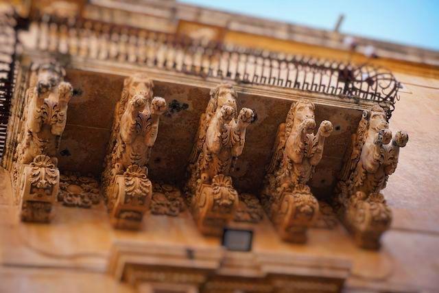 ニコラチ館のバルコニーに装飾されている彫刻