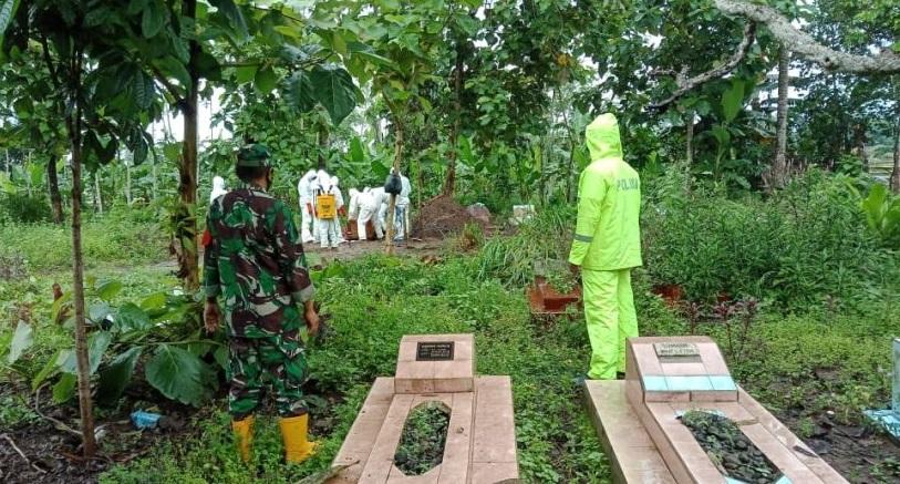 Polisi dan TNI Kawal Pemakaman Warga dengan Protokol Covid-19 di Kalimanah