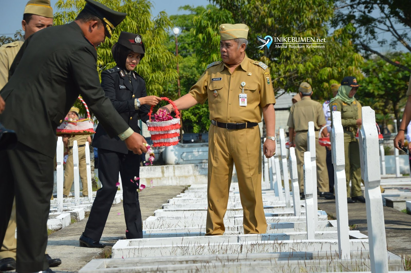 Peringati Harkitnas ke-110, Gus Yazid Tabur Bunga di Makam Syukron Fadli