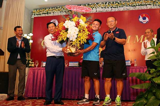 Thầy trò HLV Park Hang Seo nhận lì xì trước ngày đi tranh tài U23 châu Á