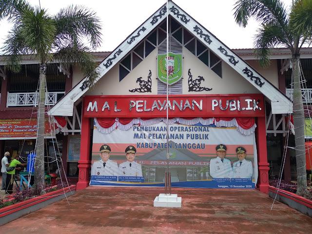 Melihat-lihat ruangan dalam Mall Pelayanan Publik Kabupaten Sanggau