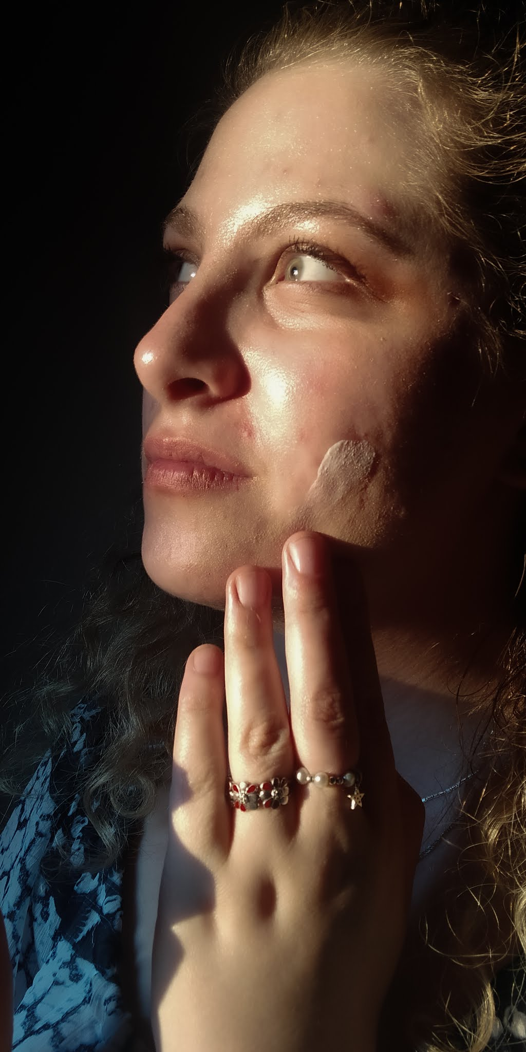Dlaczego trzeba stosować krem z filtrem na twarz? Ile i jak go nakładać?