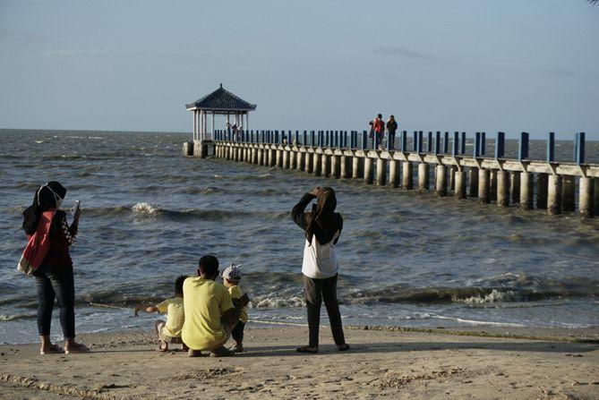 Pengunjung di pantai Wates Rembang sedang menikmati waktu sore