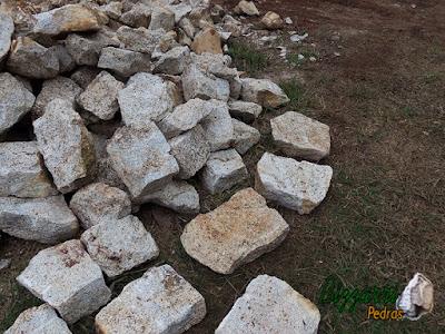 Pedra para construção de gruta de pedra, com esse tipo de pedra moledo com espessura de 15 cm a 25 cm. Pedra ideal para fazer revestimento de parede de gruta.