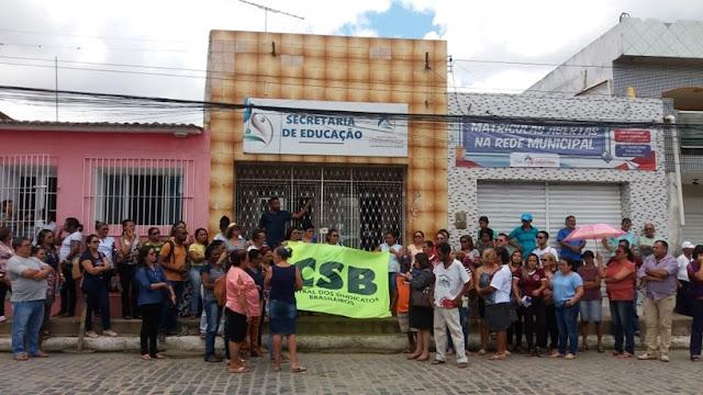 Com o 13º salário ainda em atraso, servidores de Itaquitinga realizaram protesto