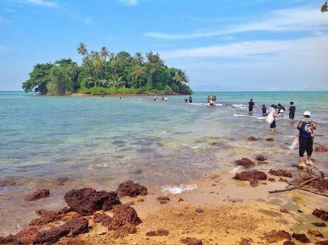 ห่างจากเกาะช้างมาทางใต้ มีหมู่เกาะที่สวยงาม อย่าง เกาะกูด เกาะหมาก เกาะขาม เกาะกระดาด หมู่เกาะรัง