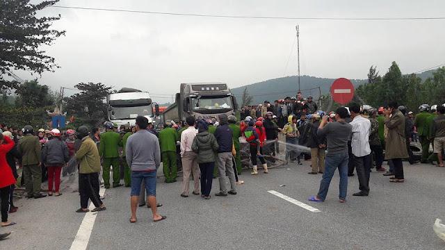Quảng Bình: Ngư dân quăng lưới chặn quốc lộ, biểu tình chống Formosa