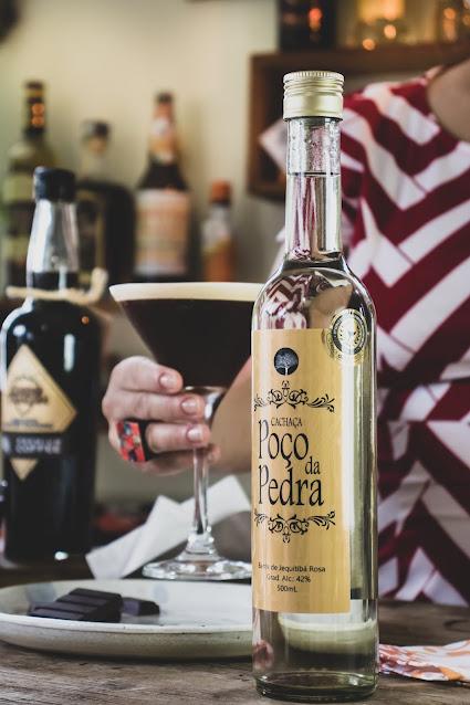 Drink de café feito com cachaça em copo martini