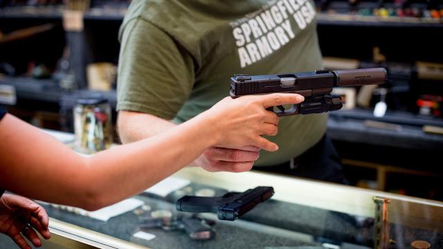 El miedo al coronavirus hace que en EE.UU. aumenten las ventas de armas y equipos de superviviencia