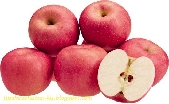 TIPS KESEHATAN ALAMI - Sarapan adalah sebuah aktifitas yang biasa dilakukan oleh kebanyakan orang disaat pagi hari sebelum beraktifitas. Sarapan pagi pada umumnya biasanya mengonsumsi nasi, namun tahukah anda bahwa sarapan pagi dengan mengonsumsi nasi sebetulnya kurang baik untuk kesehatan. Lebih bagusnya untuk mengawali aktifitas dipagi hari, sebaiknya sarapan dengan mengkonsumsi buah buahan, karena buah buahan memiliki banyak manfaat bagi kesehatan. Berikut ini adalah beberapa manfaat yang didapatkan jika sarapan dengan mengonsumsi buah buahan, silahkan simak :   Manfaat Sarapan Pagi Menggunakan Buah  Menyehatkan Pencernaan Buah mengandung enzim yang bermanfaat, serat dan prebiotik yang membantu menstimulasi cairan pencernaan di lambung. Buah juga mengandung serat yang mendorong sisa kotoran di akses pencernaan. Buah juga membersihkan usus besar.  Menurunkan Berat Badan Buah mengandung nutrisi yang membantu melepaskan racun berlebih dengan mendorong keluar dalam bentuk kotoran. Makan banyak buah di pagi hari akan melancarkan sistem pencernaan yang akibatnya membantu turunnya berat badan. Orang yang mengonsumsi makanan berat di pagi hari juga cenderung makan lebih berat di siang hari, ini menawarkan berkontribusi terhadap kenaikan berat tubuh yang tak terelakkan.  Meningkatkan Sistem Kekebalan Tubuh Smoothie sebagai sajian sarapan jauh lebih baik dibandingkan dengan bacon dan telur. Buah sangat baik untuk sistem kekebalan tubuh Anda dan kesehatan secara keseluruhan. Pasalnya buah tinggi vitamin C dan antioksidan yang memperkuat sistem kekebalan tubuh dan menangkal kuman dan mikroba jahat.  Buah Membuat Kenyang Anda mungkin berpikir buah tidak akan menciptakan Anda kenyang, anggapan ini salah! Buah mengandung banyak serat, ditambah vitamin dan mineral serta fitonutrien yang memberi tahu otak bahwa itu memuaskan dan untuk mematikan sinyal rasa lapar ke perut. Pastikan Anda makan buah dalam jumlah cukup supaya merasa kenyang. Makan buah dalam jumlah banyak juga tidak 