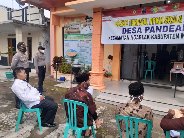 Caption: Sejumlah lansia antre dalam proses vaksinasi Covid-19 tahap pertama di Gedung Balai Desa Pandean, Kecamatan Ngablak, Kabupaten Magelang, Jawa Tengah, Rabu (19/5/21). Foto: Humas Polsek Ngablak