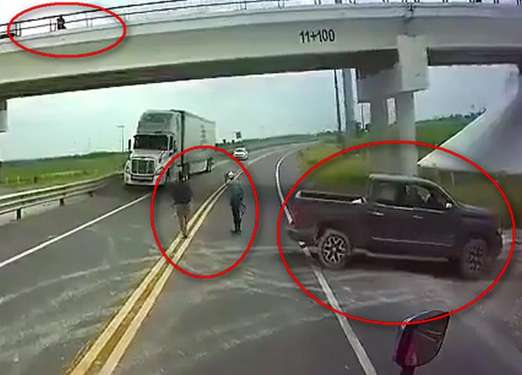 Parqueados como Federales en las autopistas, Sicarios forman retenes a plena luz del día para encañonar y robar a traileros