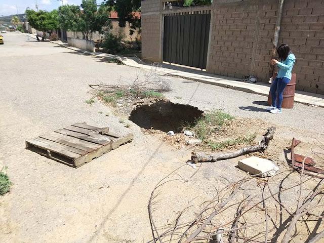 ENORME HUECO NO PERMITE CIRCULAR POR LA CALLE ALIRIO DÍAZ DE CARORA