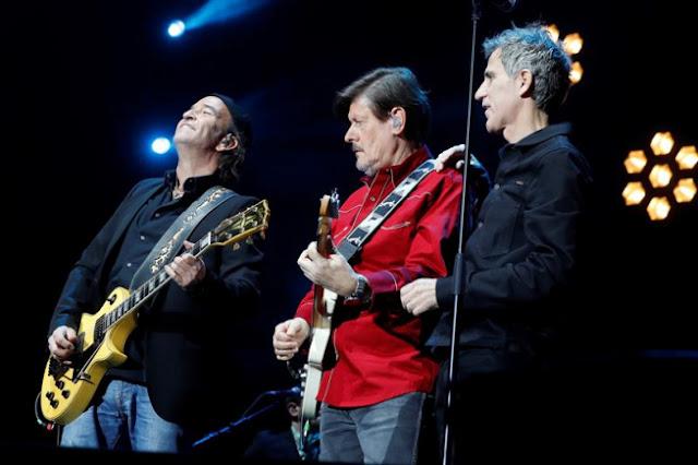 Álvaro Urquijo y Ramón Arroyo, de Los Secretos, con Mikel Erentxun, durante el concierto homenaje a Enrique Urquijo, en el Wizink Center de Madrid