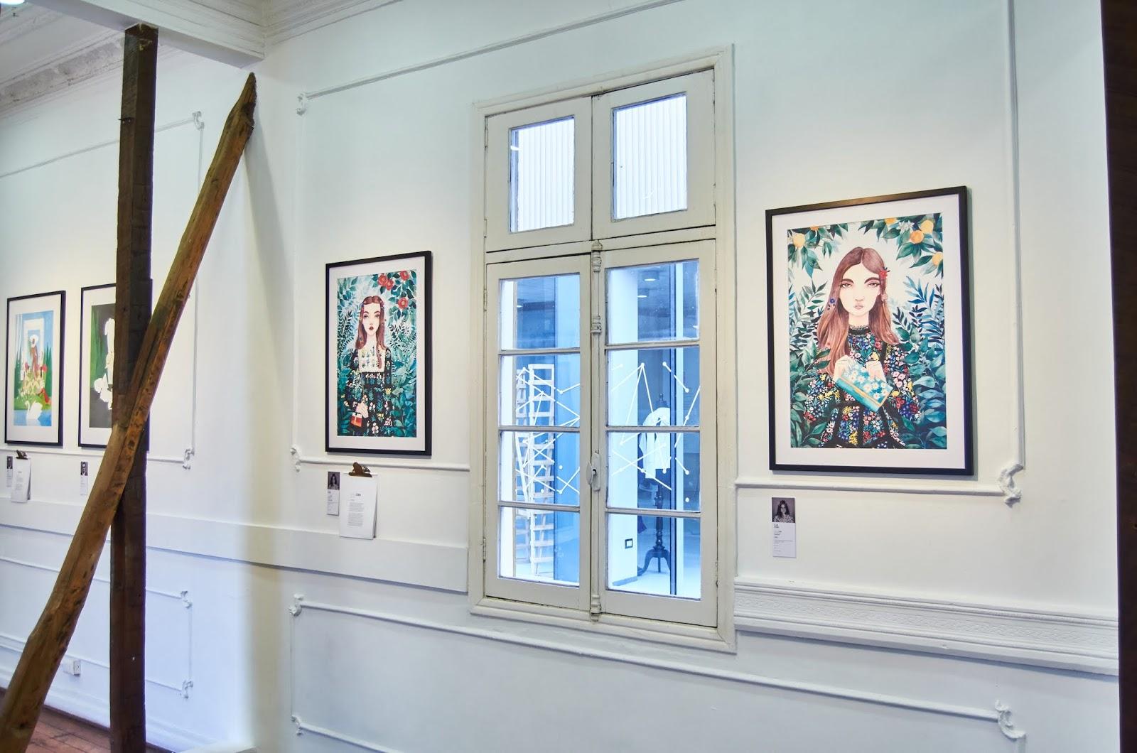 Sala de exposiciones donde se observa las ilustraciones de Camila Cerda
