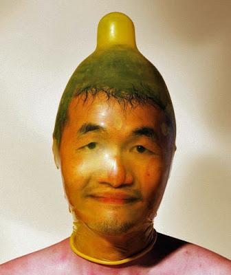 Lustige Menschen Kopf frei - Kondom über Kopf gezogen