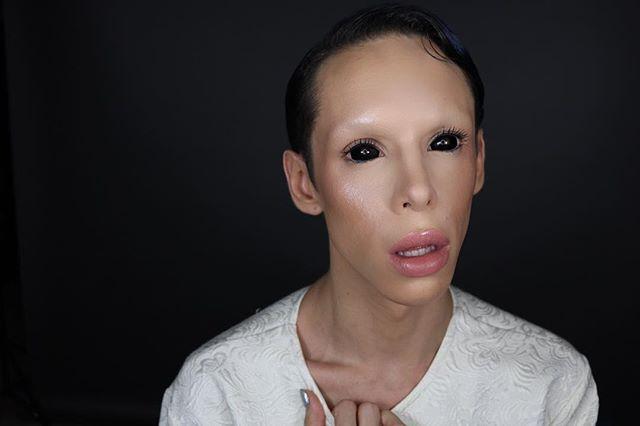 Чорні очі та великі губи: хлопець позбувся статі, щоб стати прибульцем