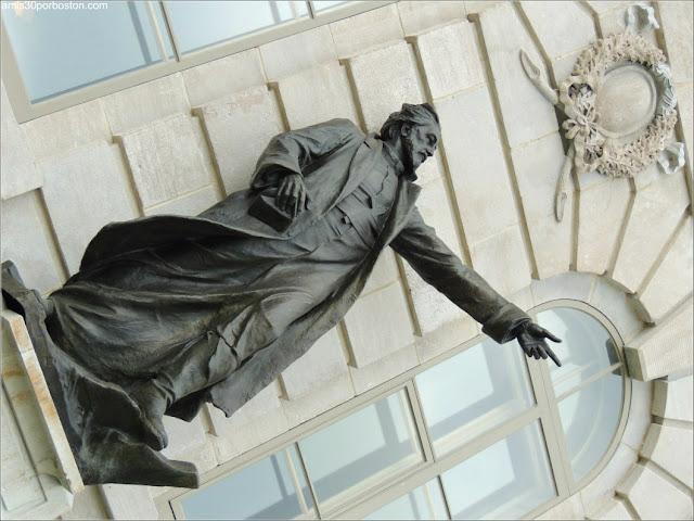 Estatua de Jacques Marquette en la Fachada del Parlamento de Quebec