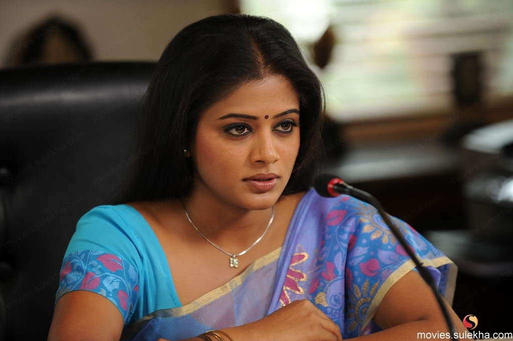 Close-up of Top of priyamani Hot Pics in Colorful Saree - best South Indian Actress
