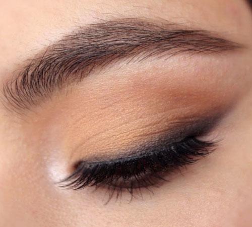 Maquillaje natural con ojos delineados