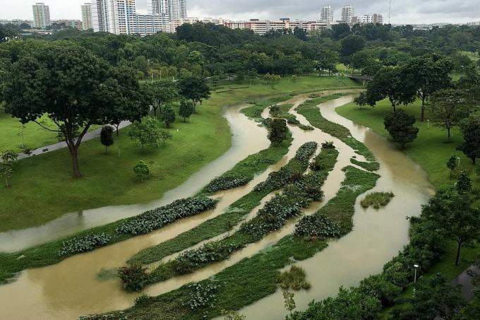 The water level at Kallang River in the flood plain at Bishan-Ang Mo Kio Park had threatened to overflow at 11am yesterday.