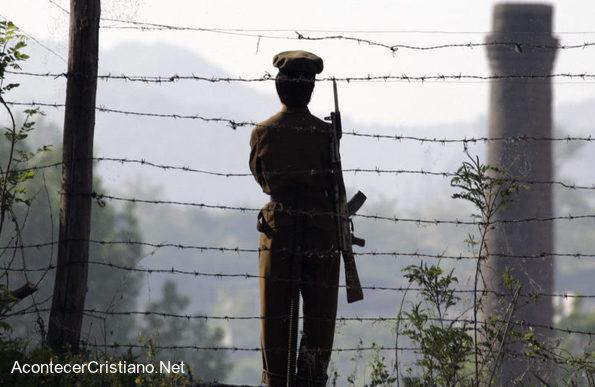 Guardia vigila campo de concentración en Corea del Norte