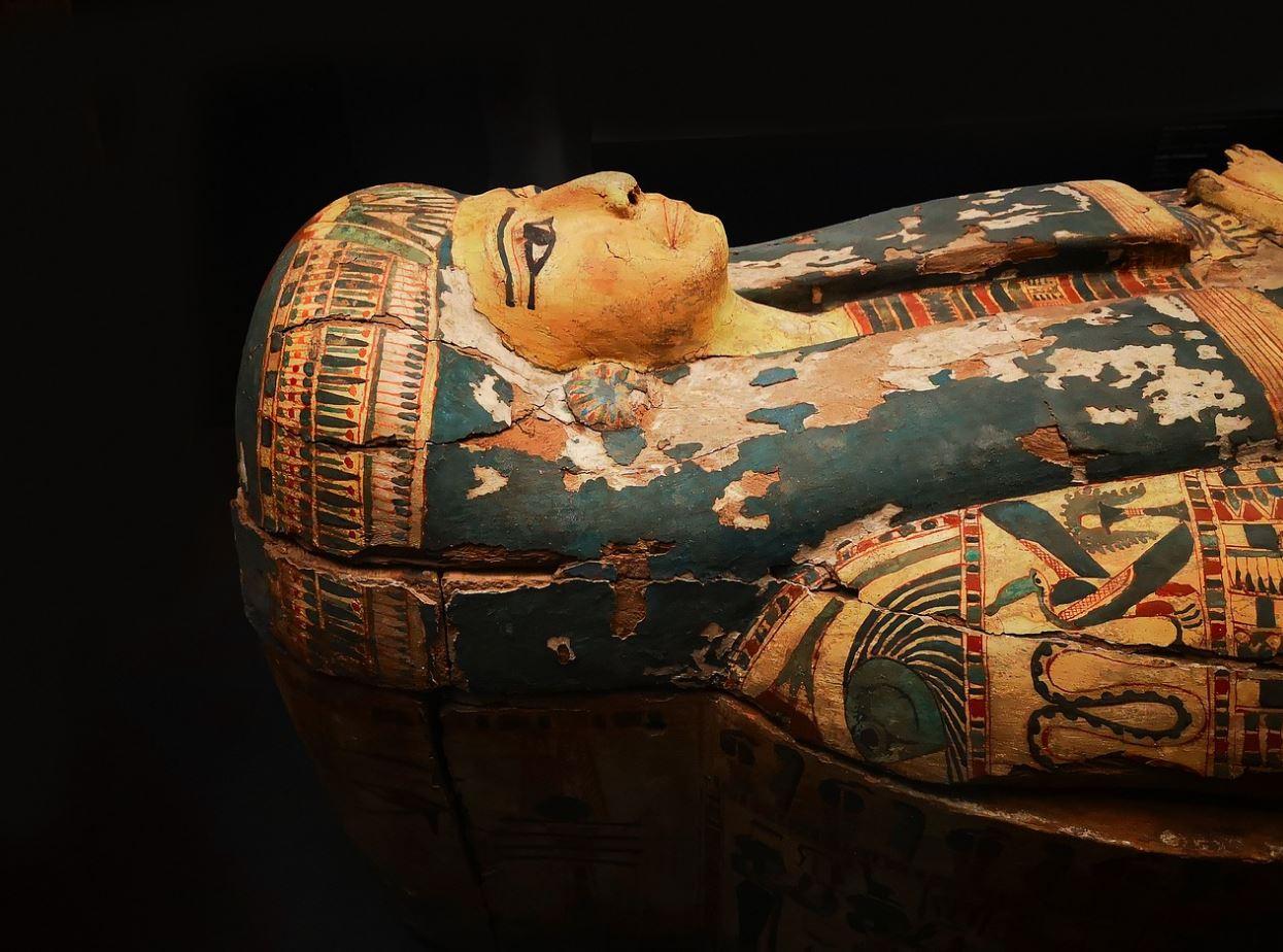 القاهرة تتزيّن استعداداً للموكب المهيب ورحلة ملوك مصر الذهبية