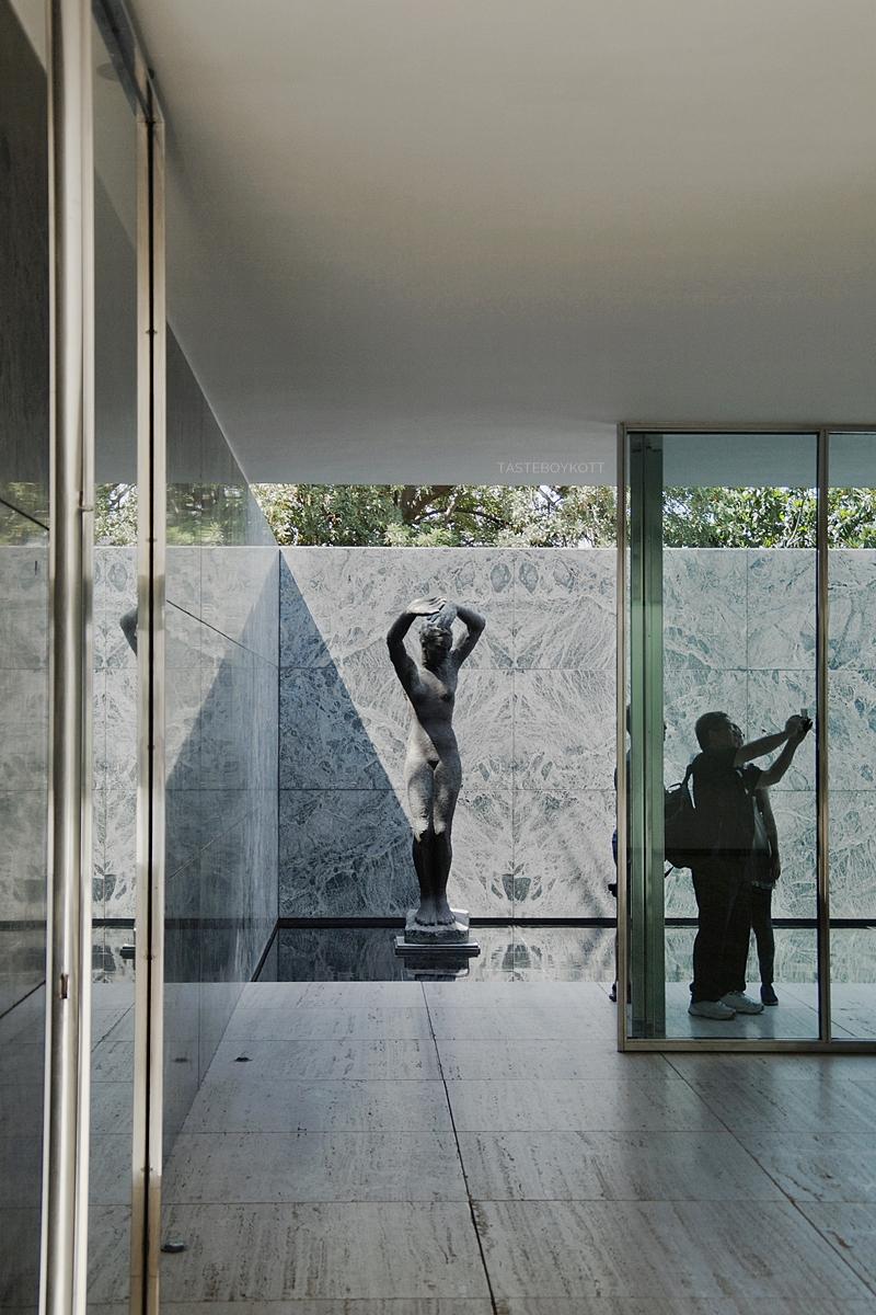 Skulptur Barcelona-Pavillon von Ludwig Mies van der Rohe. 4 Tipps in Barcelona für Kunst- und Architekturliebhaber. Reisetipps: Architektur, Kunst und Design in Barcelona. Tasteboykott Blog.