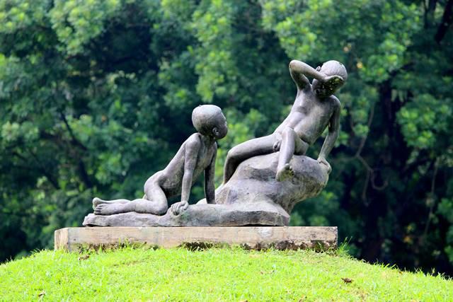 Patung Dua Anak Bermain Di Halaman Belakang Istana Bogor