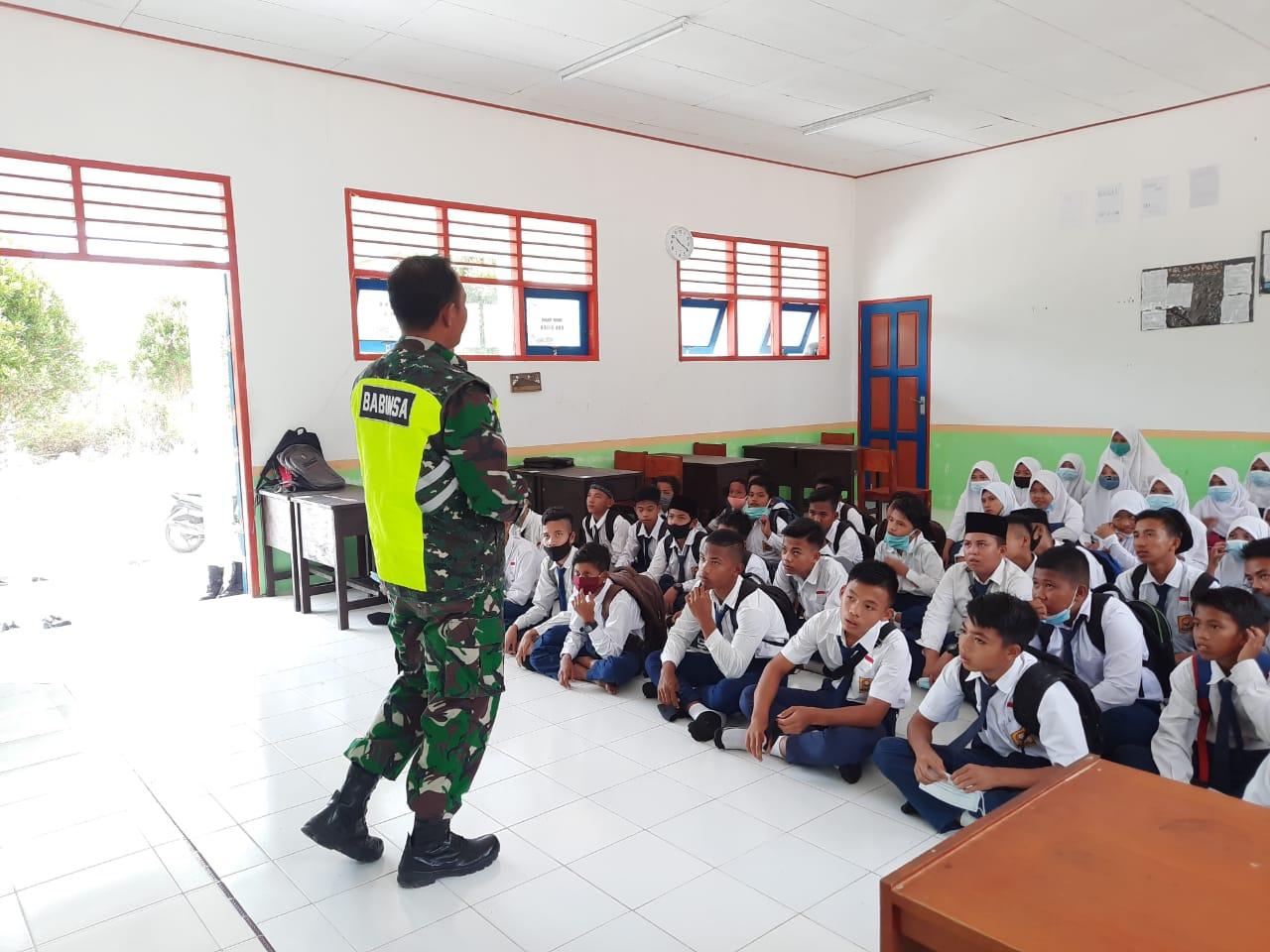 Babinsa Desa Cemaga Selatan Sosialisasi Geopark Natuna Kepada Siswa SMP Satu Atap Setengar
