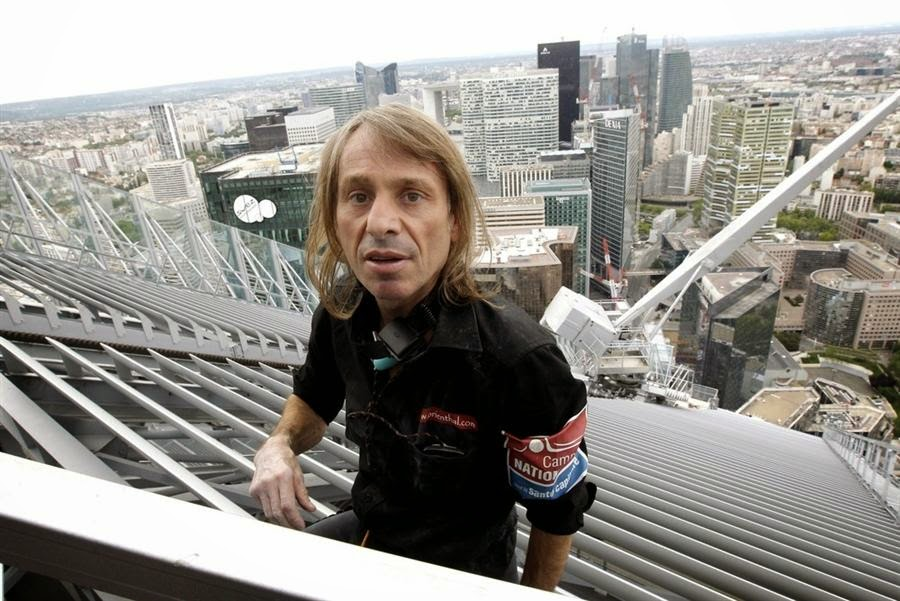 Alain Robert, le Spiderman français, a réalisé en 2012 un nouvel exploit en grimpant les 231 mètres de la tour First de la Défense, le plus grand immeuble de France - Photo © Reuters Yoan Valat / EPA