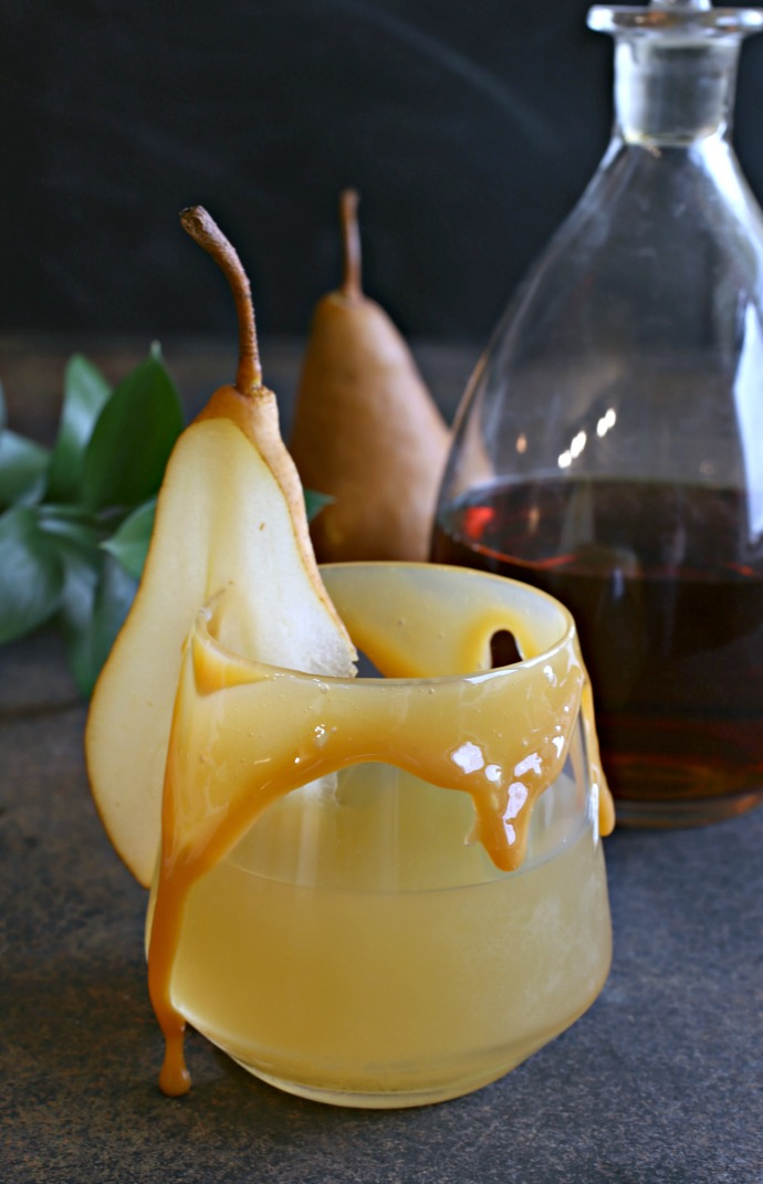 Recipe for a bourbon cocktail flavored with pear juice, lemon and caramel.
