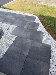 allée contemporaine moderne design Entrée dalles graviers (allée, galets) palissade gres cerame dalles graminé noir blanc galet cailloux ardoise schiste piquet spot encastré