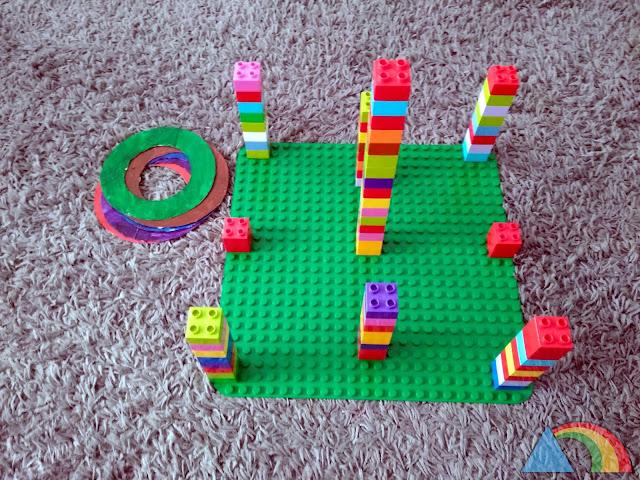 Juego de puntería hecho con lego y anillas de cartón