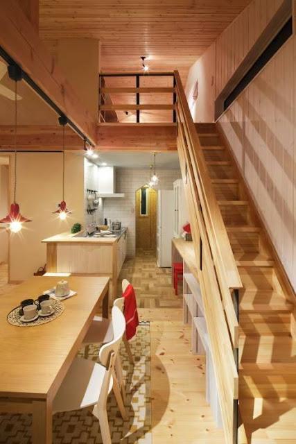 Tangga dan dapur terlihat artistik