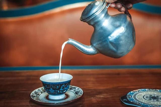 Tây Tạng là một vùng đất cao nguyên thanh bình và thiền tịnh, nơi người ta có thể sống chan hòa với thiên nhiên, ung dung bình thản giữa đất trời mà bỏ qua mọi sự xô bồ, hối hả. Chưa kể, Tây Tạng còn là nơi lưu giữ những nét văn hóa vô cùng đặc sắc, được kết tinh từ sự giao thoa của nhiều nên văn hóa lớn lân cận như Ấn Độ, Trung Hoa. Trong số đó, có thể nói trà, hay đúng hơn là văn hóa uống trà chính là một phần cốt lõi trong nền văn hóa Tây Tạng độc đáo.