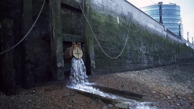 """Слив фекальных вод в Темзу. Основной ингридиент качественного """"Английского коктейля"""""""