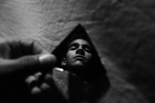 Hombre obscuridad ansiedad