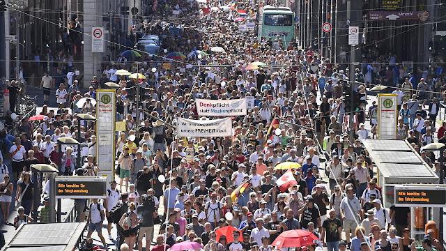 """В Берлине люди вышли на акцию против """"коронавирусных"""" ограничений!"""