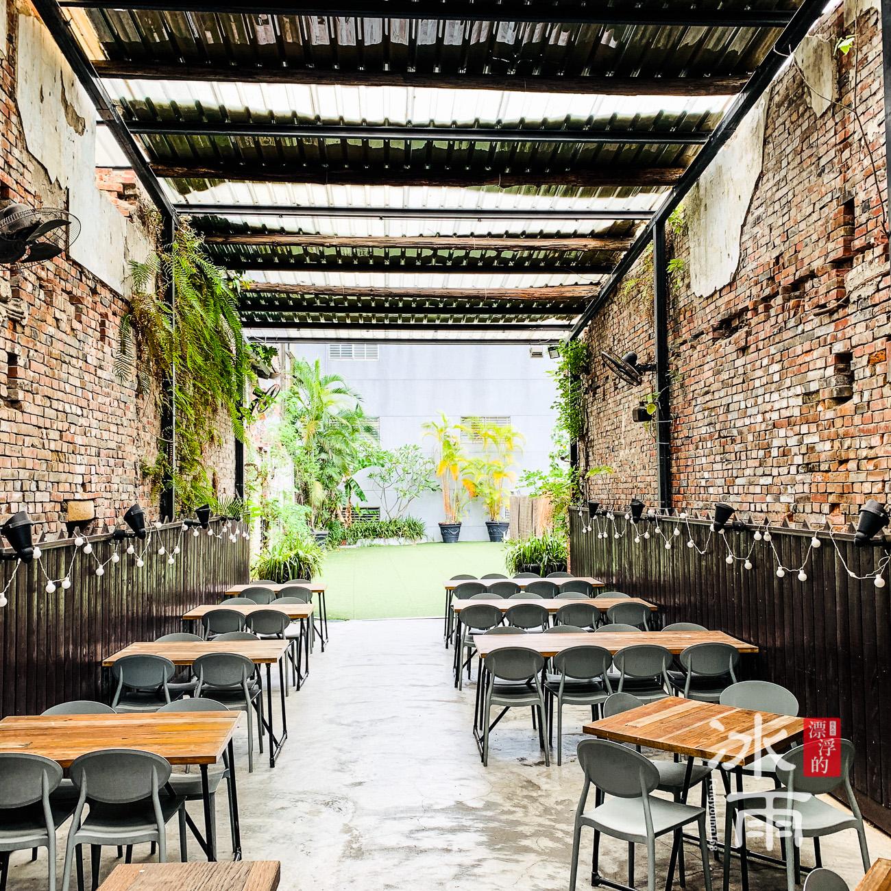 有點熱的一個戶外空間,可以容納超多人一起吃飯