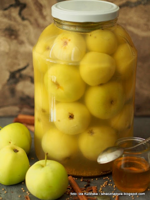jablka kiszone, kiszonki, kiszone owoce, papierowka, fermentacja, przetwory, dodatek do mies, jak zakisic jablka