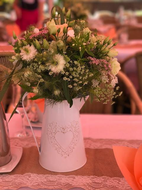 Zinkkannen mit Wiesenblumensträußen, London meets Garmisch-Partenkirchen, Sommerhochzeit im Vintage-Look in Bayern mit internationalen Hochzeitsgästen, Riessersee Hotel, Hochzeitsplanerin Uschi Glas